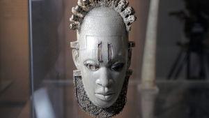 Norsunluinen naamio Beninistä 1500-luvulta. Kuva sarjasta Kultturien juurilla