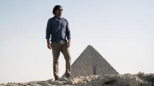Historioitsija David Olusoga Egyptissä pyramidien luona. Kuva sarjasta Kulttuurien juurilla