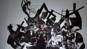 Taiteilija Kara Walker ja hänen teoksensa Rift of the Medusa. Kuva sarjasta Kulttuurien juurilla
