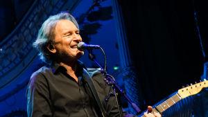 Tomas Ledin sjunger och spelar gitarr.