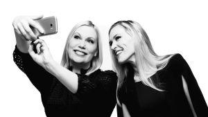 Sanna Ukkola ja Marja Sannikka ottavat selfietä ja hymyilevät