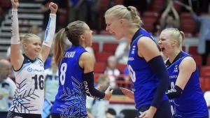 Finlands volleydamer firar.