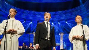Humorgruppen Kaj utklädda till präster och en operasångare.