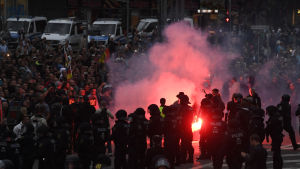 Polisen övervakar högerextrema demonstranter i den tyska staden Chemnitz.