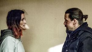 Nainen ja mies katsovat toisiaan.