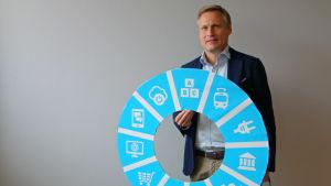Fredrik Lindén håller upp My Data-logon.