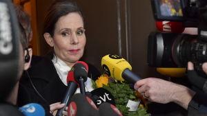 Sara Danius meddelar den 12 april 2018 att hon omedelbart lämnar arbetet vid Svenska Akademien