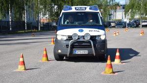 Polisbil på övningsbana i Tammerfors.