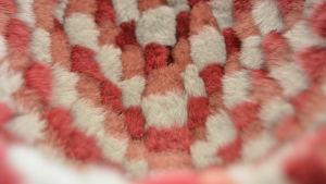 Rosa- och vitfärgad päls i rutmönster