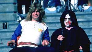Ozzy Osbourne och dvärgen Ronnie tar en paus.