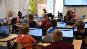 lågstadie elever på dator lektion