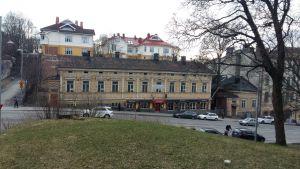 """Ett gult trähus på Kaskisgatan i Åbo har en stor skylt med """"Vuokrataan"""" (Uthyres) på väggen."""