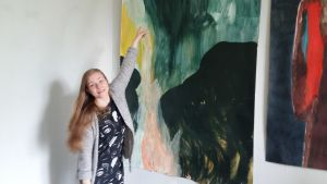 Greta Marjamäki visar hur föhnen blåser in.
