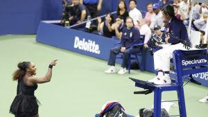 Serena Williams skäller på domaren.