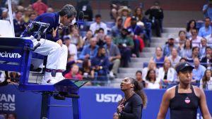 Serena Williams skäller på domare.