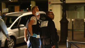Poliser vid brottsplatsen i det nittonde arrondissementet i Paris sent på söndag kväll.