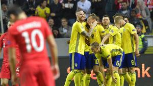 Sverige firar Viktor Claessons 2-0 mål mot Turkiet.