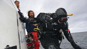 Expeditionsledaren Aimi Hamberg har uppsikt över dykningen på expeditionen.