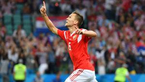 Denis Tjerysjev firar 1–0-målet i VM-kvartsfinalen mot Kroatien.