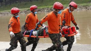 Soldater övar sin räddningsberedskap inför den annalkande tyfonen