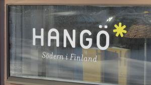 Text i vitt där det står Hangö Södern i Finland på fönsterruta.