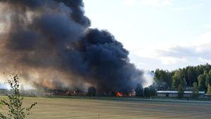En fabrik som brinner i Salo.