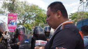 100% Noticias bevakar en konfrontation mellan kravallpolis och studenter. Regeringen har flera gånger blockerat kanalen.
