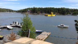 Barösund i Ingå. En gul färja kör över sundet.