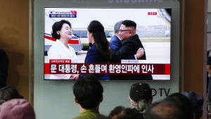 Moon och Kim omfamnade varandra på flygplatsen i Pyongyang