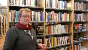 Åsa Laxåback-Nyman framför en bokhylla.