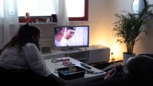 Valokuva Rositasta ja Samista katsomassa televisiota