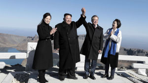Toppmötet mellan Kim Jong-Un och Moon Jae-In avslutades på torsdagen med ett gemensamt besök på berget Paektu, som har stor symbolisk betydelse i Nordkorea. Nordkoreas första dam Ri Sol-Ju längst till vänster och Sydkoreas Kim Jung-Sook till höger.