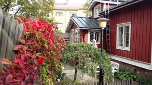 Ett rött trähus med vinrankor i Åbo, där arkitekten Charles Bassi bott.