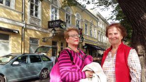 Amie Nygren och Astrid Hellström utanför restaurang Bassi i Åbo.