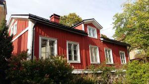 Ett rött trähus i Åbo, där arkitekten Charles Bassi bott.