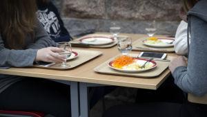 Oppilaat syövät lounasta Sompion koululla
