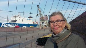 Pensionerade museichefen Marketta Wall är glad över att den gamla lyftkranen i Hangö hamn ska bevaras på ny plats.