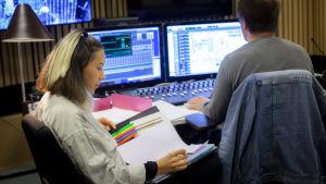 Isabel Cruz Liljegren sitter i studion och läser i sina papper.