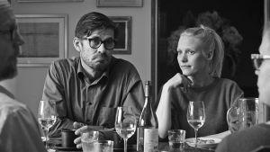Eero (Tommi Korpela) och Pihla (Laura Birn) sitter bredvid varandra vid ett middagsbord.