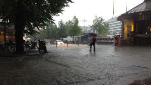 Vattnet flödade på gågatan i Vasa.