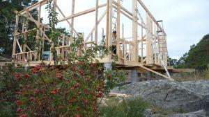 Sommarstugsbygge i skärgården. STommen står redan klar.