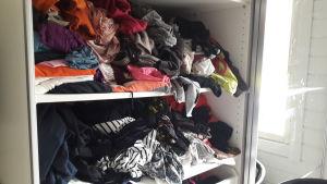 En garderob full av kläder.