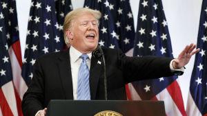 President Donald Trump försvarade Kavanaugh i en kaotisk presskonferens i New York där han för första gången också antydde att han ännu kan ompröva sin inställning till den konservativa domaren