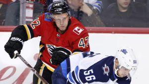 Calgarys Juuso Välimäki och Winnipegs Marko Dano i en duell.