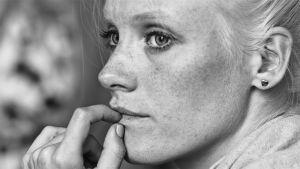 Närbild på Laura Birn i Tyhjiö-filmen.