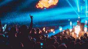 Classical Trancelations -konsertti Helsinki Areenalla. Kuvassa pyrotehosteita ja yleisöä.