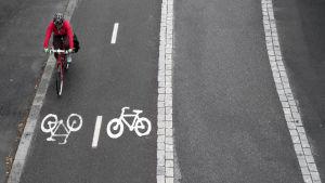 En cyklist på en cykelväg.