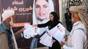 Parlamentsvalet i oktober väntas bli ett kaotiskt fuskval som dessutom plågas av talibanattacker. Shireen Shahabi som ställer upp i provinsen Herat delar ut flygblad