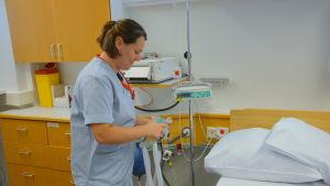 Petronella Sevelius visar lustgasen i en förlossningssal.