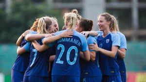 Finland firar ett mål av Eveliina Summanen.